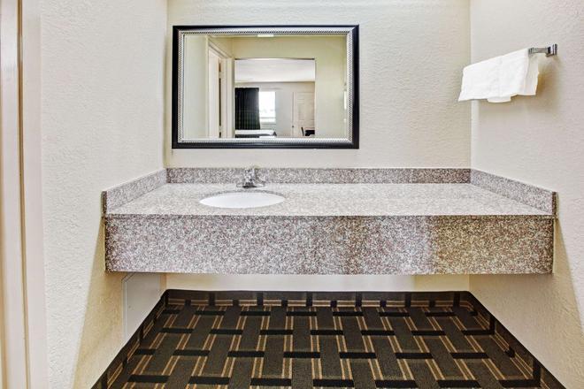Super 8 by Wyndham Baytown - Baytown - Bathroom