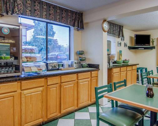 Quality Inn and Suites Airport - Medford - Buffet