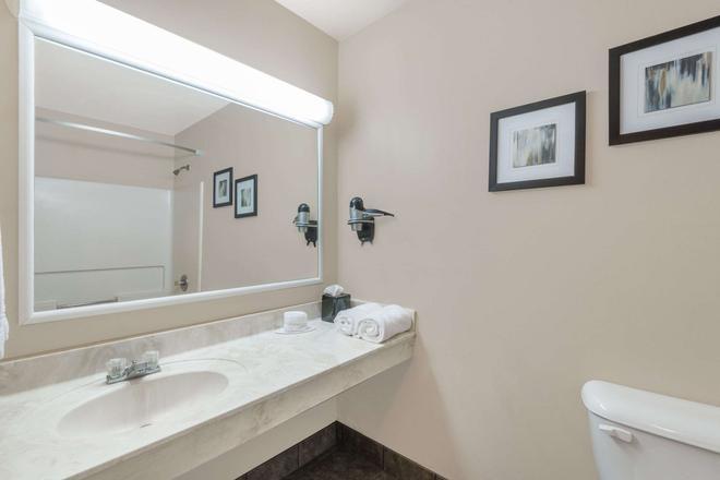 Days Inn & Suites by Wyndham Sellersburg - Sellersburg - Bathroom