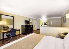 Quality Inn & Suites - Gallup - Bedroom
