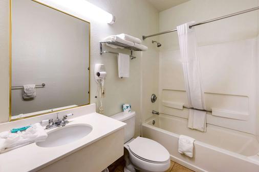Quality Inn & Suites - Gallup - Bathroom