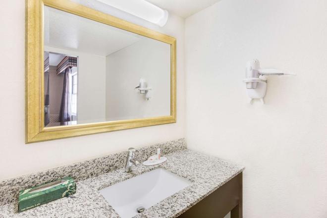 Days Inn by Wyndham Birmingham/West - Birmingham - Phòng tắm