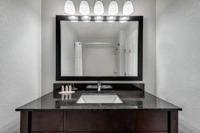 Days Inn & Suites by Wyndham Dallas - Dallas - Bathroom