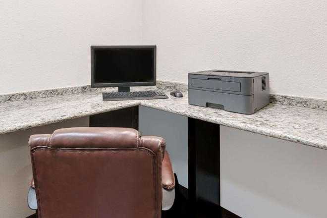 Days Inn & Suites by Wyndham Dallas - Dallas - Business centre