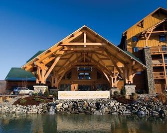 Hope Lake Lodge & Indoor Waterpark - Cortland - Hotel entrance