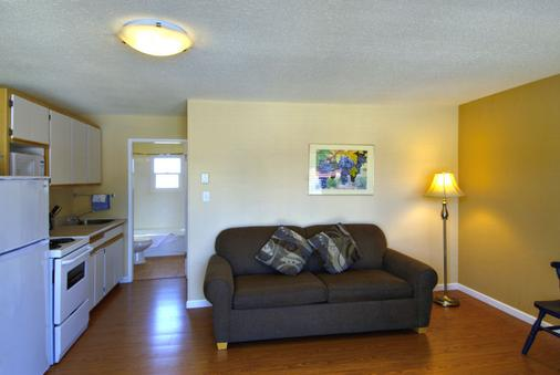 Crown Resort Motel - Penticton - Living room