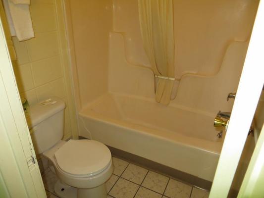 Budget Inn - St Robert - Μπάνιο