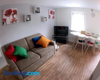 Phoenix House Apartments - Walsall - Living room