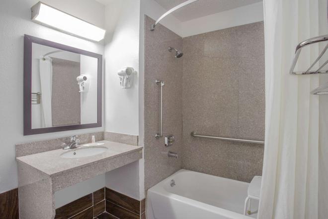 Super 8 by Wyndham Champaign - Champaign - Bathroom