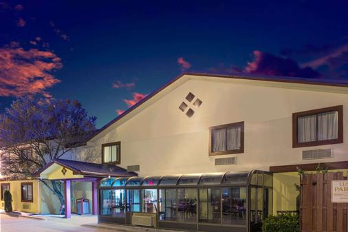 Super 8 by Wyndham Champaign - Champaign - Building