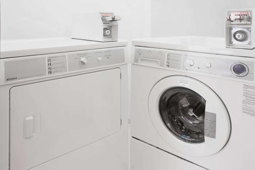 Super 8 by Wyndham Champaign - Champaign - Laundry facility