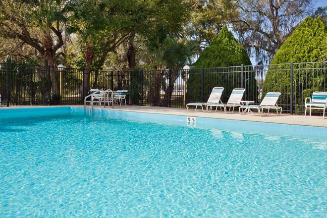 La Quinta Inn & Suites by Wyndham Tampa Fairgrounds - Casino - Tampa - Pool
