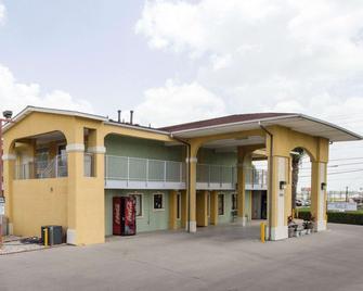 Econo Lodge Inn & Suites Downtown Northeast - San Antonio - Building