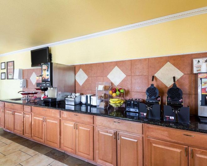 Econo Lodge Inn & Suites Downtown Northeast - Сан-Антонио - Шведский стол
