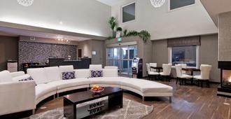 Home Inn and Suites Regina Airport - Regina - Living room