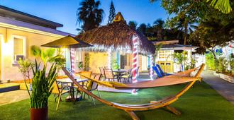 Seashell Motel & Key West Hostel - Key West - Patio