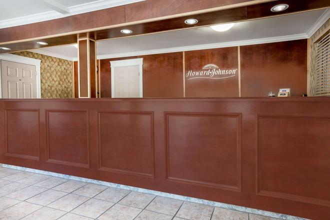 Howard Johnson by Wyndham Downtown Kamloops - Kamloops - Front desk
