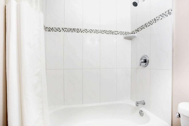 Howard Johnson by Wyndham Downtown Kamloops - Kamloops - Bathroom