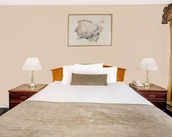 Howard Johnson by Wyndham Downtown Kamloops - Kamloops - Bedroom