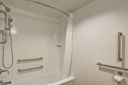 Hampton Inn Milford - Milford - Bathroom