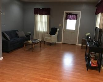 Classic, updated house with porch & backyard - Newark