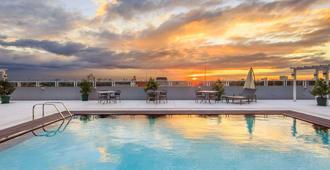 溫德姆麥克特爾 UP 特克諾豪布酒店 - 奎松市 - 奎松市 - 游泳池