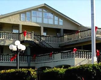 Sunday House Inn And Suites - Fredericksburg - Gebouw