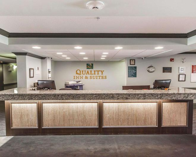Quality Inn & Suites - Hinton - Front desk