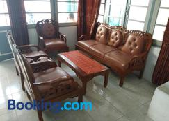 Bukittinggi Homestay - Bukittinggi - Living room