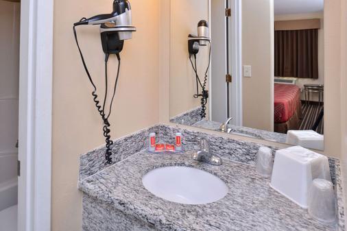 Econo Lodge - Kennewick - Bathroom