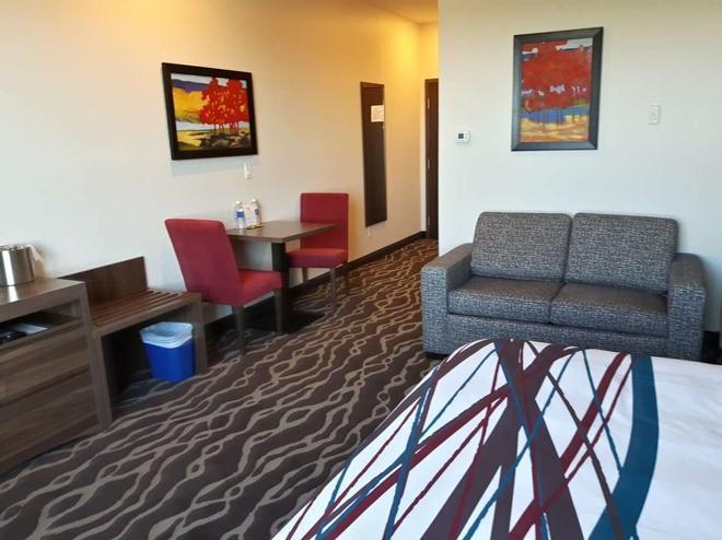 Encore Suites by Service Plus Inns - Grande Prairie - Living room
