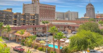 Travelodge by Wyndham Fresno Convention Center Area - Fresno - Outdoors view