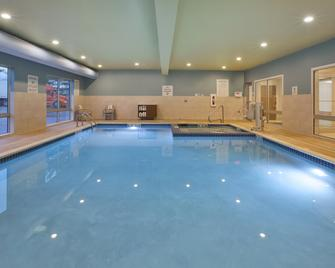 Holiday Inn Express & Suites Parkersburg East - Паркерсбург - Pool