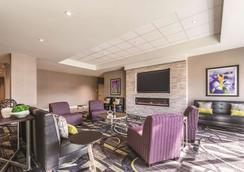 La Quinta Inn & Suites by Wyndham Cincinnati Sharonville - Cincinnati - Lounge