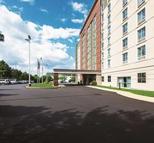 La Quinta Inn & Suites by Wyndham Cincinnati Sharonville