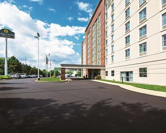 La Quinta Inn & Suites by Wyndham Cincinnati Sharonville - Cincinnati - Building