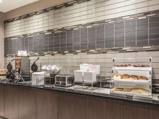 La Quinta Inn & Suites by Wyndham Cincinnati Sharonville - Cincinnati - Buffet