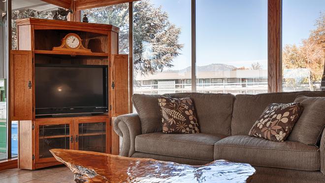 Best Western Miner's Inn - Yreka - Living room