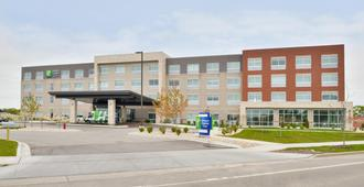 Holiday Inn Express & Suites Madison - מדיסון