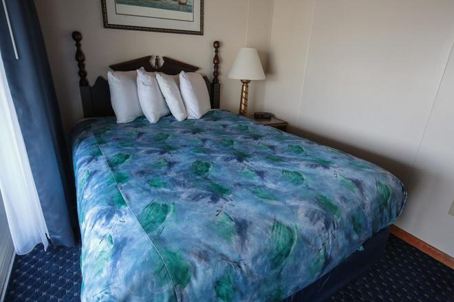 Waves Oceanfront Resort - Old Orchard Beach - Bedroom