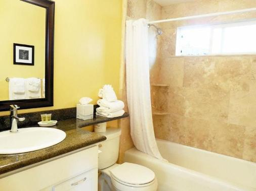Sea Breeze Inn And Cottages - Pacific Grove - Bathroom