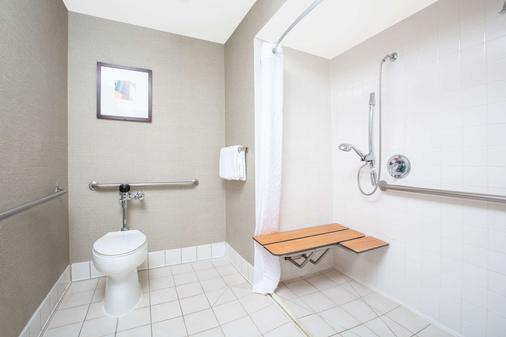 Baymont by Wyndham San Diego Downtown - San Diego - Bathroom