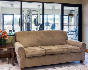 Quality Inn & Suites - Franklin - Living room