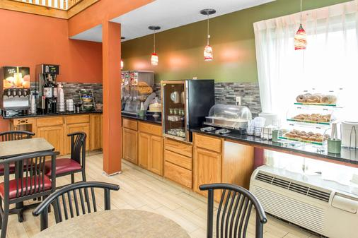 Quality Inn & Suites Columbus - Columbus - Buffet