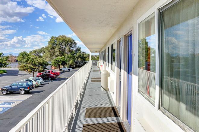 Motel 6 Santa, FE - Santa Fe - Balcony