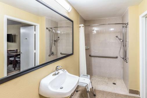Quality Inn - Corsicana - Bathroom