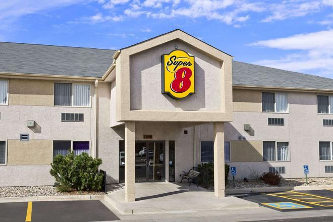 Super 8 by Wyndham Colorado Springs Airport - Colorado Springs - Building