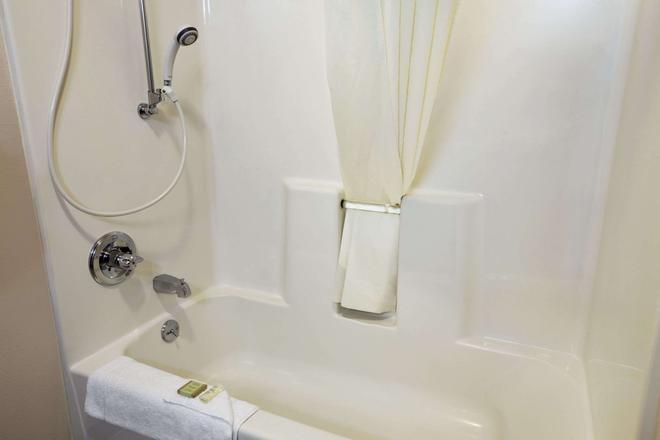 Super 8 by Wyndham Colorado Springs Airport - Colorado Springs - Bathroom