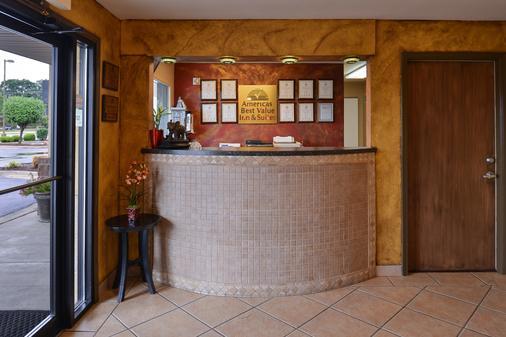 Americas Best Value Inn & Suites University Ave - Little Rock - Front desk