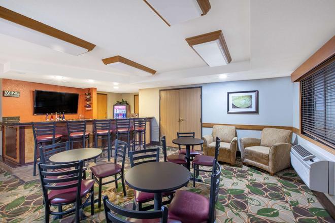 AmericInn by Wyndham Cedar Falls - Cedar Falls - Bar